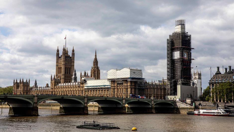 Houses of Parliament mit dem Big Ben an der Themse in London, England.