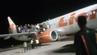 Die Menschen an Bord gerieten nach dem Bombenwitz in Panik und sprangen aus dem Flieger.