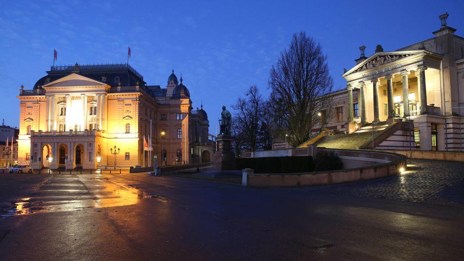 Am Alten Garten stehst du zwischen zwei beeindruckenden Sehenswürdigkeiten von Schwerin: links das Mecklenburgische Staatstheater, rechts das Staatliche Museum.