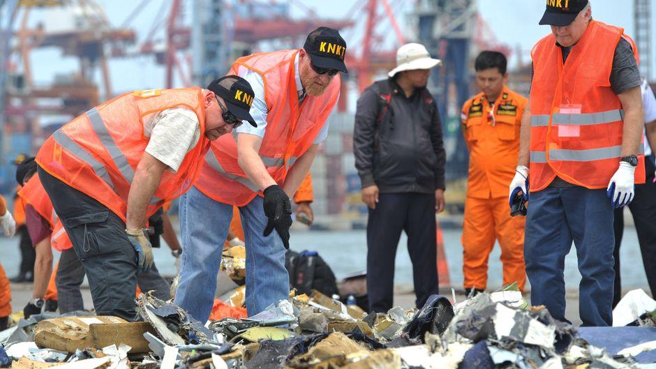 Ermittler untersuchen Trümmerteile der abgestürzten Boeing 737 Max von Lion Air.