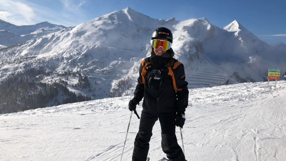Atemberaubende Aussicht auf die schneeweiße Berglandschaft.
