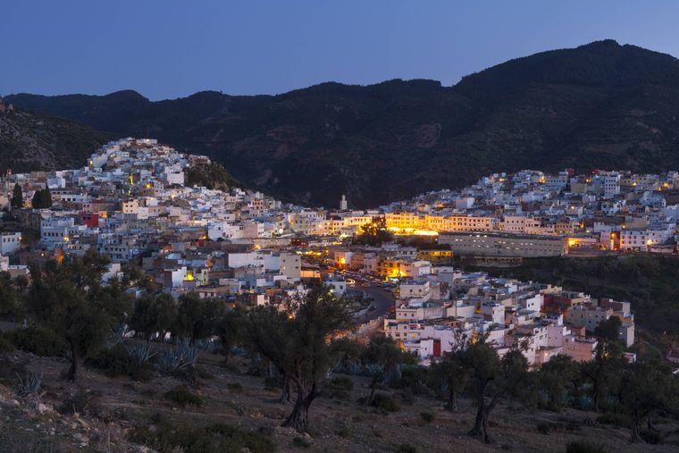 Moulay Idriss, heilige Stadt in Marokko bei Nacht.
