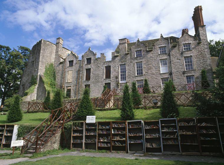Bücherregale in der walisischen Kleinstadt Hay-on-Wye.