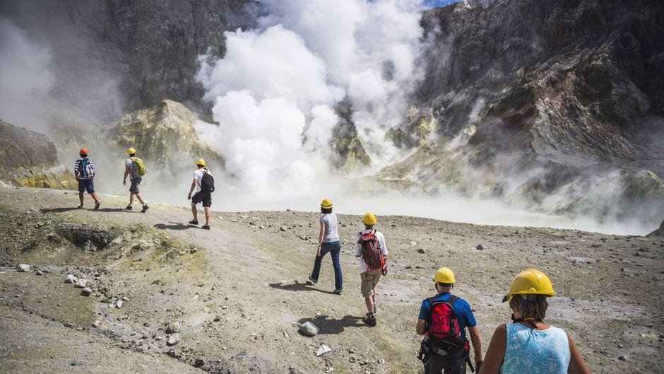 Touristen erkunden den Vulkan auf White Island. Ein Ausbruch forderte mehrere Menschenleben. (Symbolfoto)
