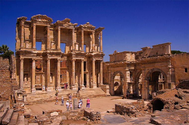 Die Ruinen der antiken Stadt Ephesos erinnern an eine längst vergangene Zeit.