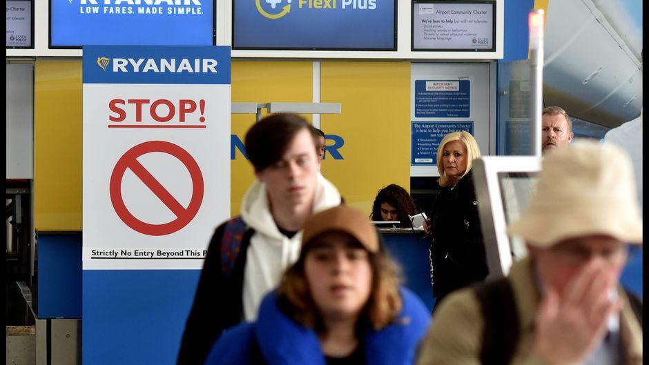 Passagiere vor einem Ryanair-Schalter.
