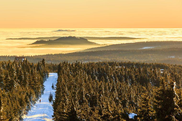 Der Blick vom Fichtelberg im Erzgebirge ins Nebelmeer Richtung Tschechien.