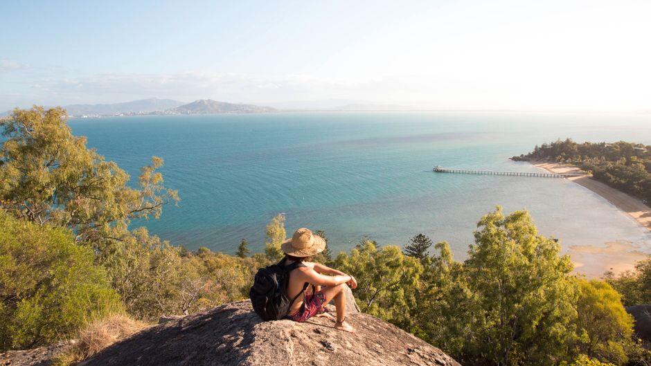 Ein Backpacker genießt seine Auszeit auf dem Rocky Hill in Australien.
