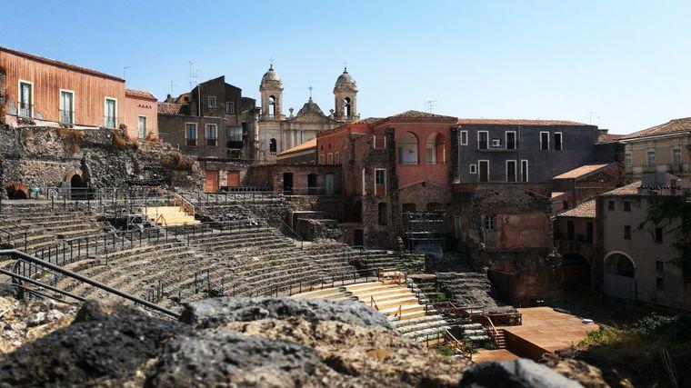 Das römische Theater von Catania findest du nur, wenn du genau hischaust. Es liegt versteckt hinter Häuserfronten.