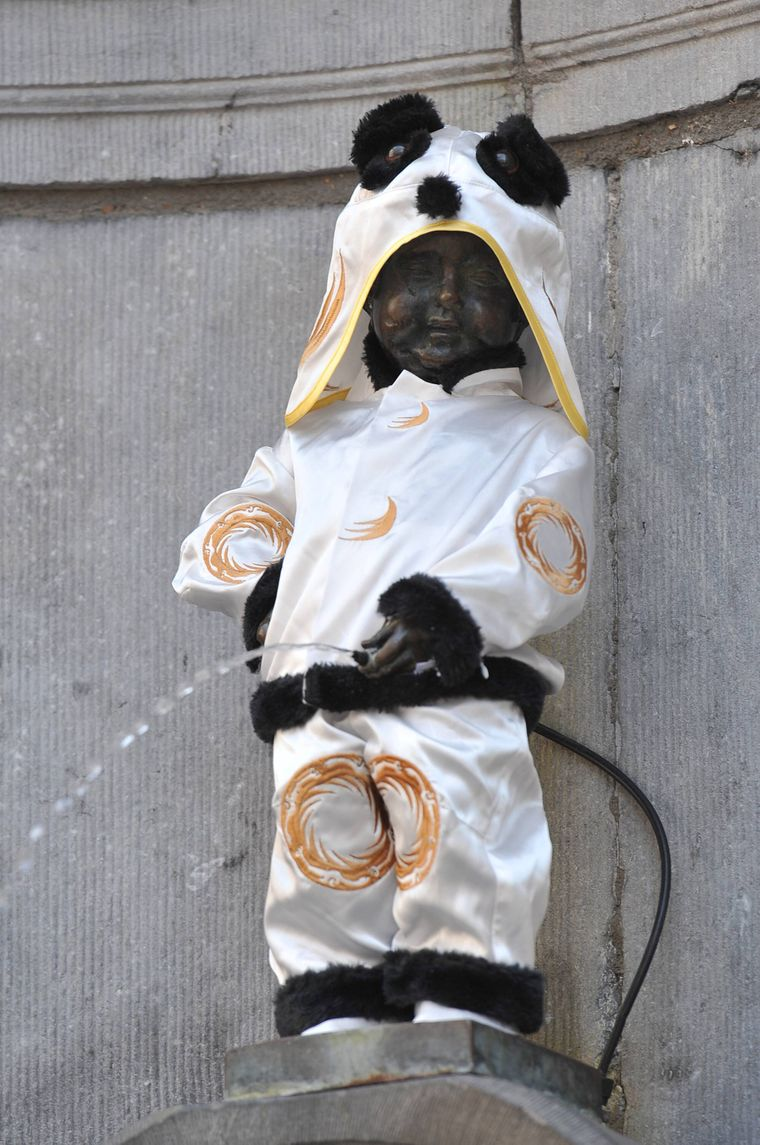 Manneken Pis als Panda verkleidet.