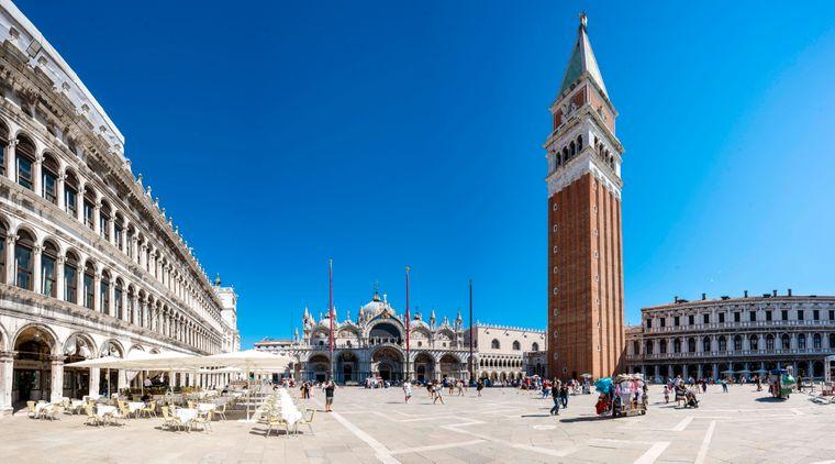 Der Markusplatz ist einer der Touristen-Hotspots in der italienischen Lagunenstadt Venedig.