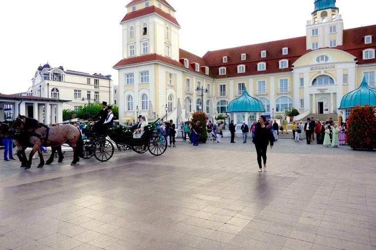 Lust auf mondänes Strandleben? In Binz findest du die meisten Restaurants der Insel, Musik, Kultur und Bäderarchitektur.
