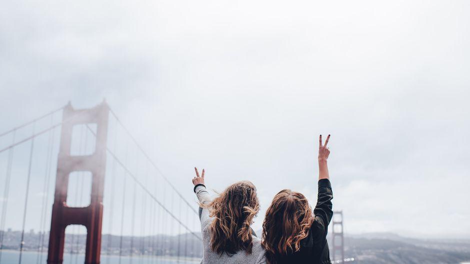 Zwei Frauen an der Golden Gate Bridge in San Francisco.