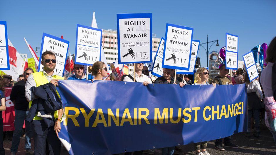 Angestellte der Fluggesellschaft Ryanair demonstrieren seit Monaten – auch für Weihnachten schließen sie Streiks nicht aus.