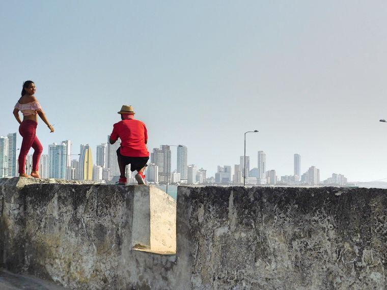 Frau lässt Foto von sich in Cartagena machen.