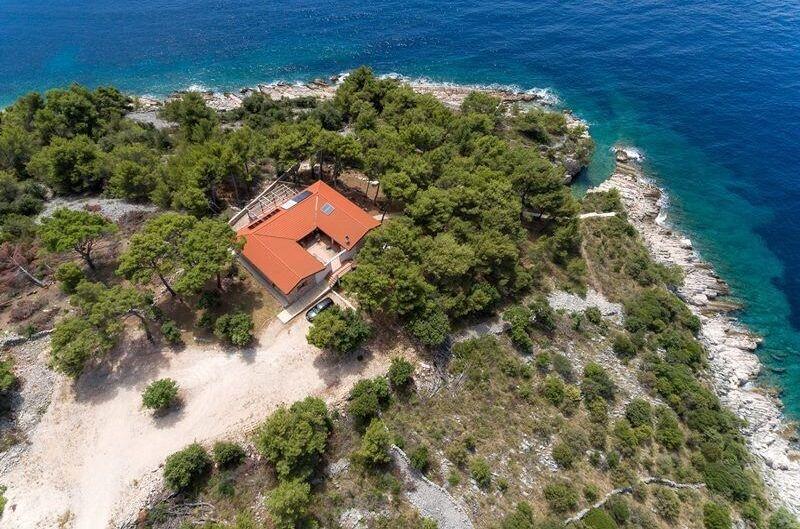 Die kroatische Hacienda direkt am Mittelmeer, versteckt zwischen zahlreichen Pinien.
