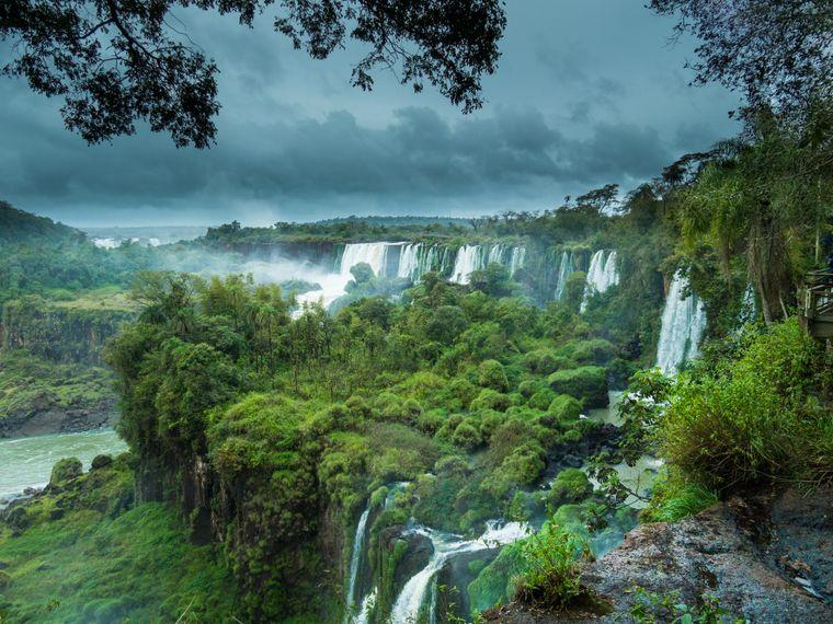 Die Iguazú-Wasserfälle zwischen Brasilien und Argentinien.