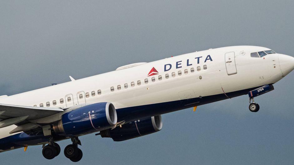 Boeing 737-800 von Delta Airlines nach dem Start.