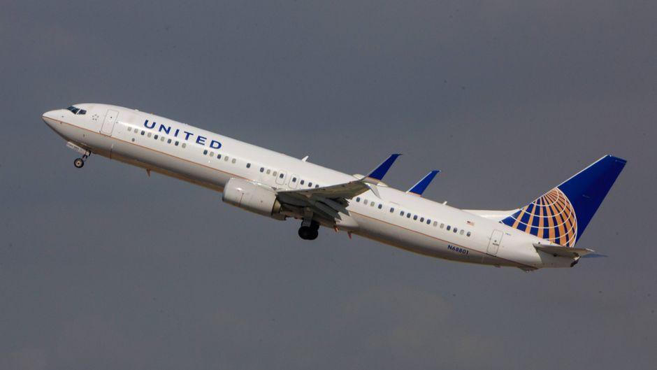 Eine Boeing von United Airlines im Flug.