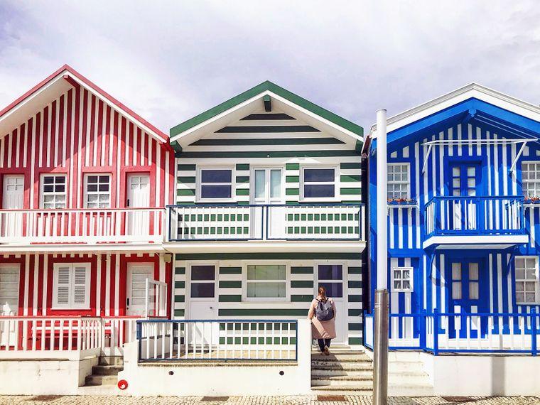 Dicht an dicht reihen sich die Häuschen im Fischerdorf Costa Nova, Portugal.