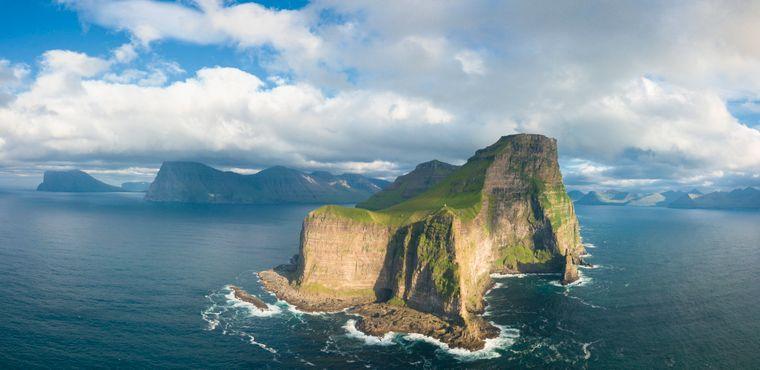 Panorama der Klippen und des Leuchtturms auf Kallur, einer der Färöer-Inseln.