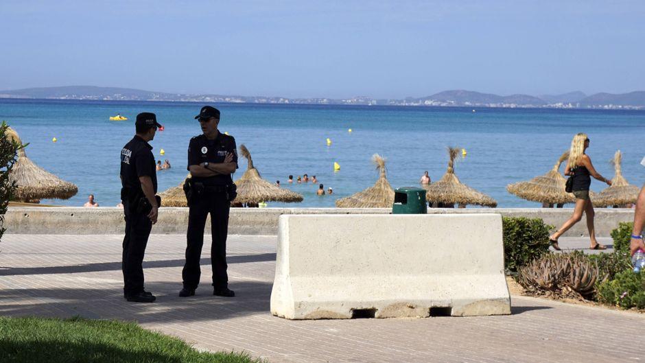 Am Touristen-Hotspot Ballermann auf Mallorca stehen Schutzpoller sind Terroristische Anschläge aufgestellt.