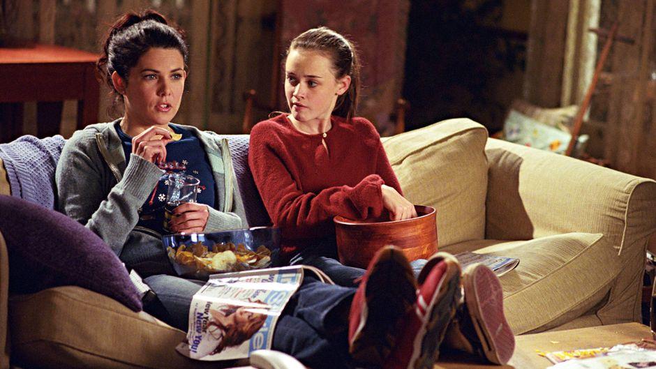 """Szene aus der Serie """"Gilmore Girls"""" mit Lauren Graham und Alexis Bledel auf dem Sofa."""