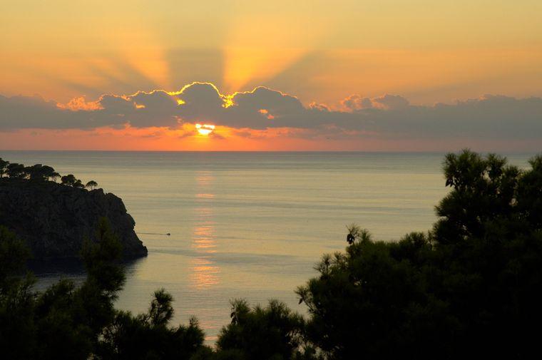 Der Sonnenuntergang in Llucalcari lässt nicht nur die Herzen der Romantiker unter uns höherschlagen.