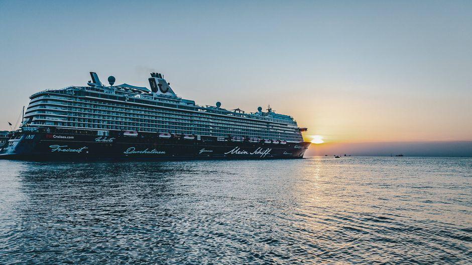 """Tuis """"Mein Schiff 6"""" im Hafen von Triest, Italien."""