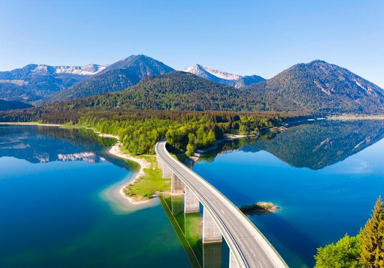 Panorama vom Sylvensteinsee mit der Faller-Klamm-Brücke und dem Karwendel-Gebirge.