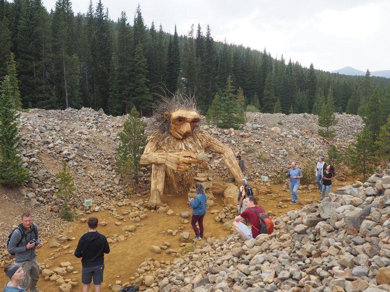 In Breckenridge ist an vielen Orten Aktionskunst zu sehen – so wie dieser große Holztroll im Wald.