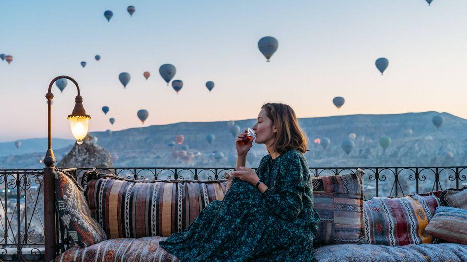 Die Heißluftballons über der Vulkanlandschaft Kappadokien sind ein typisches Bild für einen Türkei-Trip.