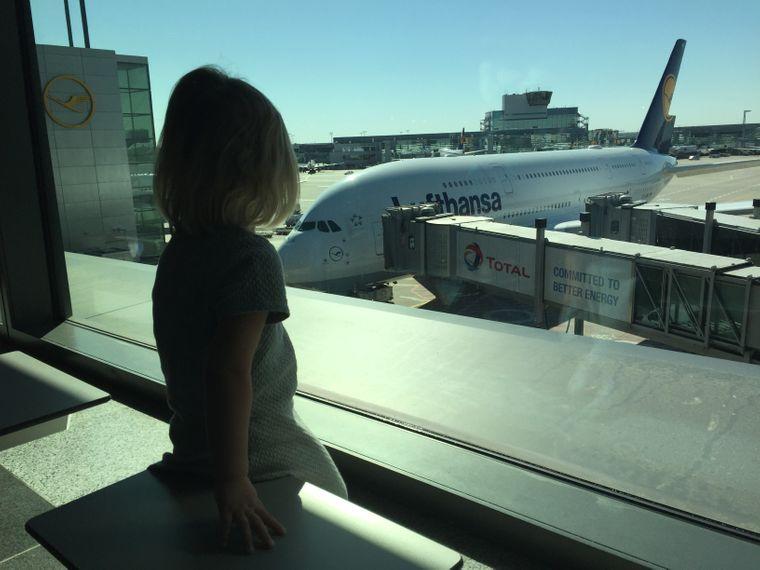 Fliegen ist für Kinder oft schon das erste Abenteuer im Urlaub.