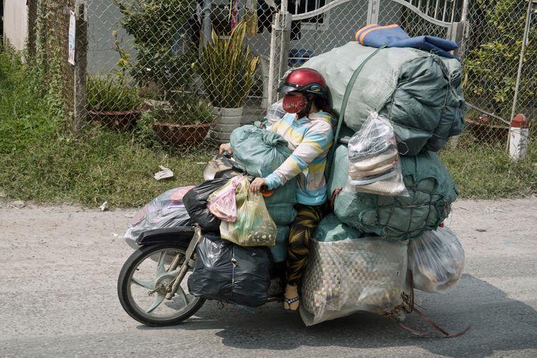 Auf ein Moped scheint in Vietnam oft mehr zu passen als in einen europäischen Kleinlaster.