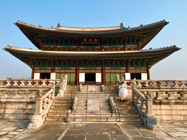 Der Gyeongbokgung-Palace in Seoul wurde ursprünglich 1395 gebaut. In seiner Geschichte wurde er aber mehrfach zerstört und wieder aufgebaut. Zuletzt wurde er 1990 rekonstruiert.