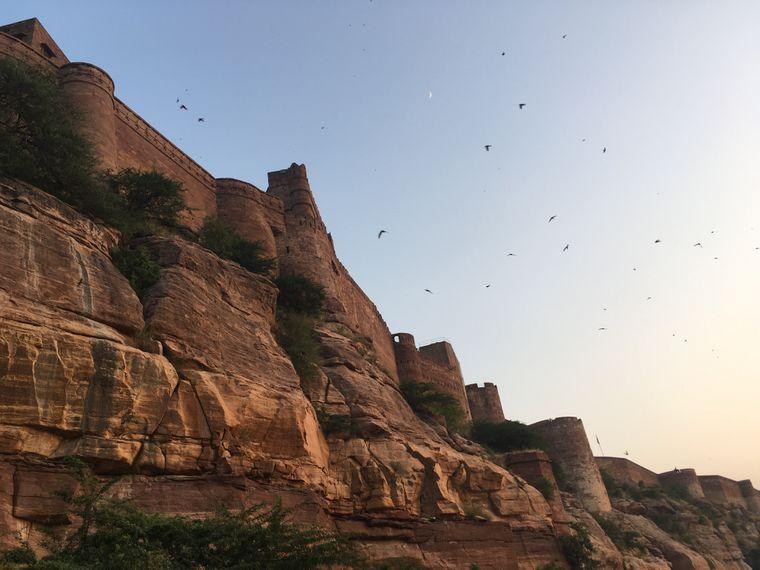 Das Meherangarh Fort in Jodhpur ist eines der größten in Indien. Es liegt oberhalb der Stadt auf einem einzelnen Felsen.