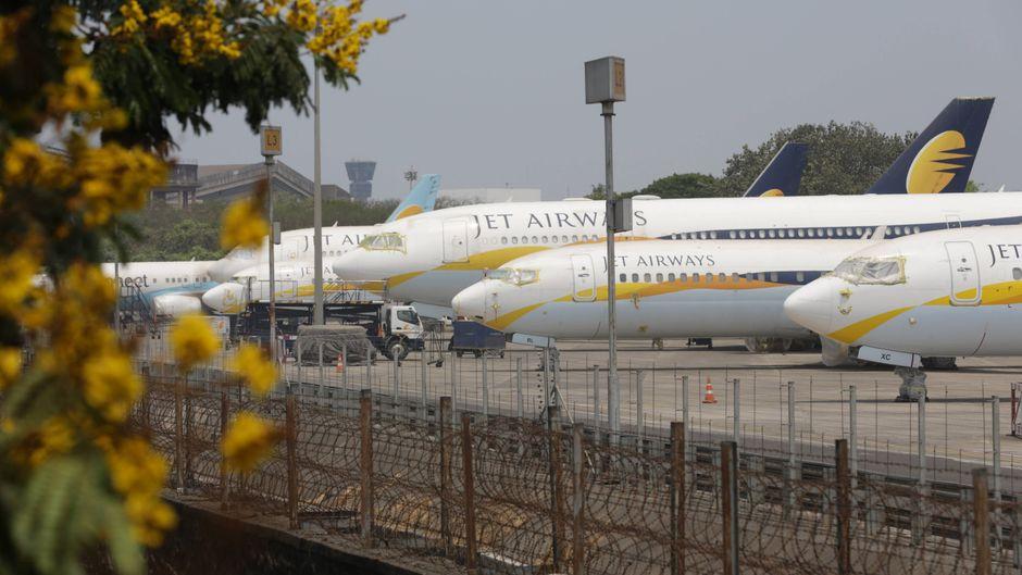 Jet-Airways-Maschinen sind auf dem Airport in Mumbai geparkt. Die Airline musste wegen finanzieller Schwierigkeiten den Flugbetrieb einstellen.