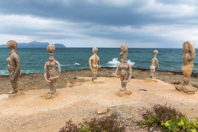 Ein tolles Fotomotiv, noch dazu mit Blick aufs Meer: Die Frauen-Skulpturen am Strand von Can Picafort.