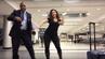 All night long: Mahshid Mazooj tanzt mit Airport-Mitarbeiter am Flughafen Charlotte.