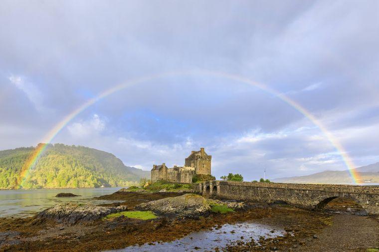 Auch in Schottland kannst du immer wieder Regenbögen bewundern, so wie hier am Eilean Donan Castle.