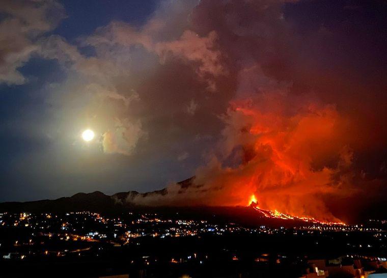 Rauch und Lava strömen aus einem Vulkan der Kette Cumbre Vieja auf La Palma. Der Vulkan war am Sonntag ausgebrochen.