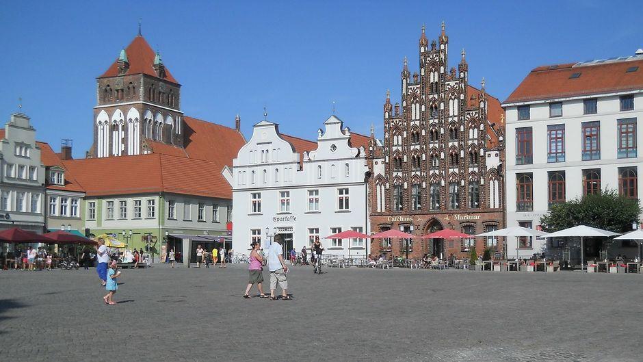 Der Marktplatz ist zentral in Greifswald gelegen.