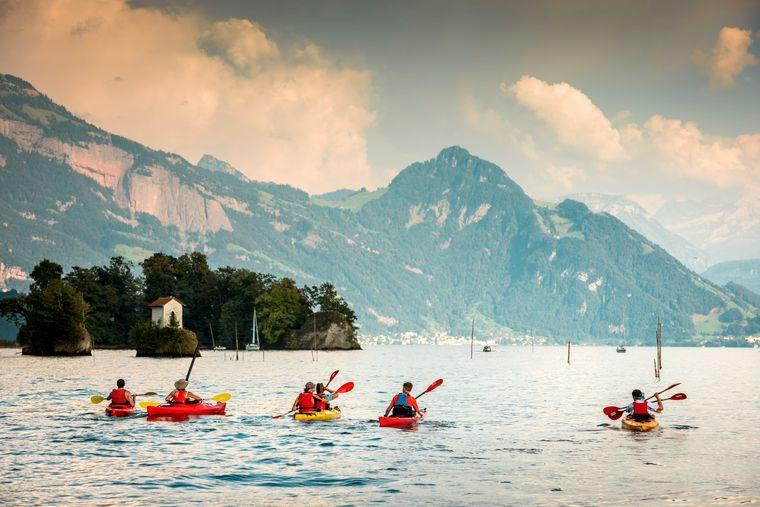Wie die anderen Gewässer in der Schweiz eignet sich auch der Vierwaldstätter See gut für Wassersport wie etwa Kajak fahren.