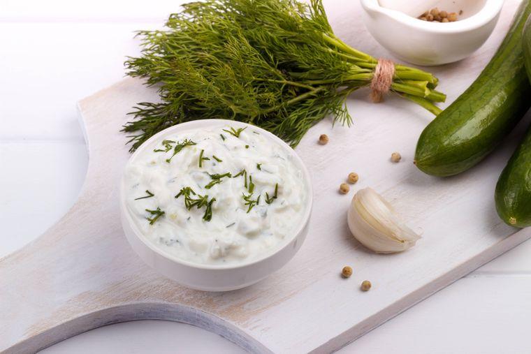 Joghurt, Kräuter, Knoblauch und Gurke – das ist Zaziki. Im Griechenland-Urlaub ist es von keiner Speisekarte wegzudenken.