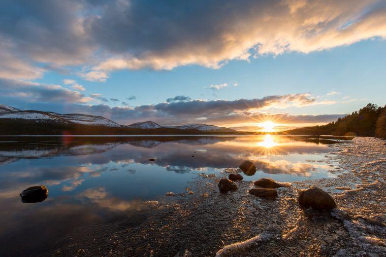 Loch Morlich bei Sonnenuntergang – er befindet sich im schottischen Cairngorms National Park.