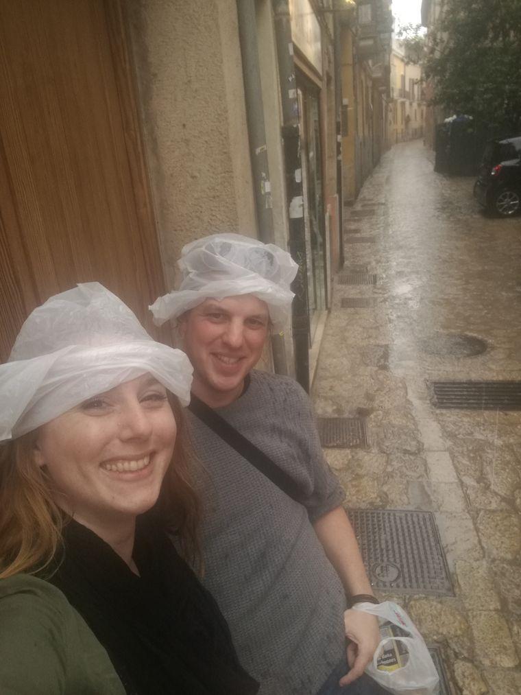 Zum Glück hatte die Bäckerin nicht nur Ensaimadas, sondern auch provisorischen Regenschutz für uns.