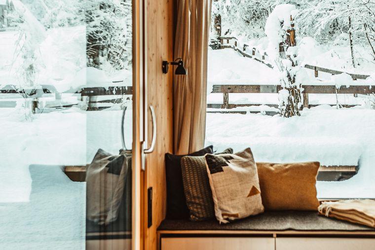 Lounge mit Panoramafenster im Tiny House Cabinski in Österreich.