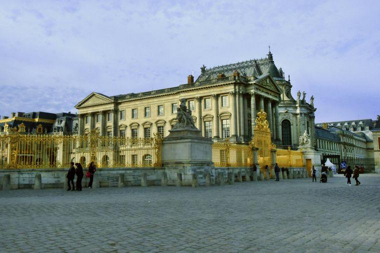 Das Schloss Versailles in der gleichnamigen Nachbarstadt von Paris ist eine der größten Palastanlagen Europas.