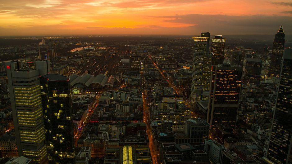 Frankfurter Skyline zum Sonnenuntergang.