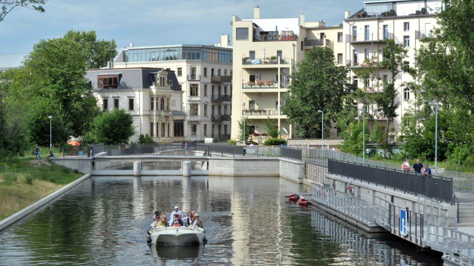 Ein Boot auf einem Flusslauf in Leipzig